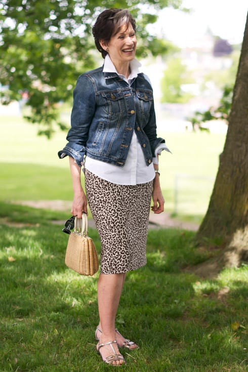 How a COOL woman wear animal print. A skirt with a white blouse and denim. How to wear leopard print for every Dominant Color Category by tabithadumas.com